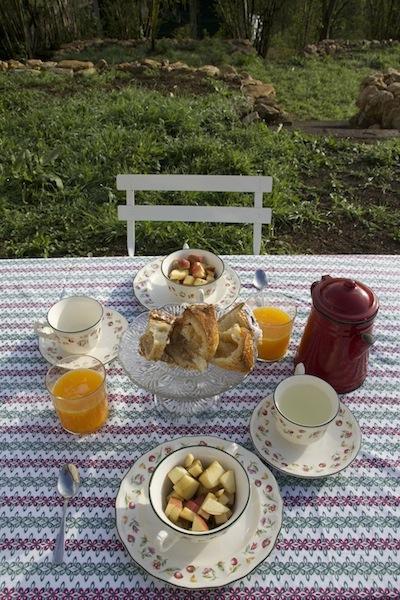 Desayunando en el jardín
